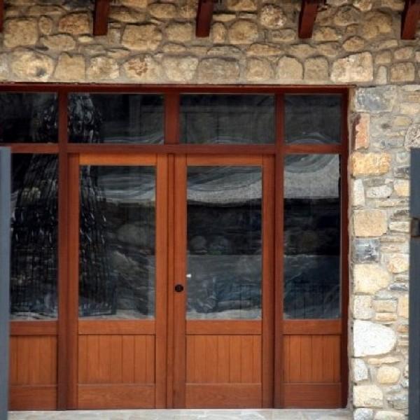 Nuestro cat logo carinbisa fabricante nacional ventana for Porticones madera exteriores